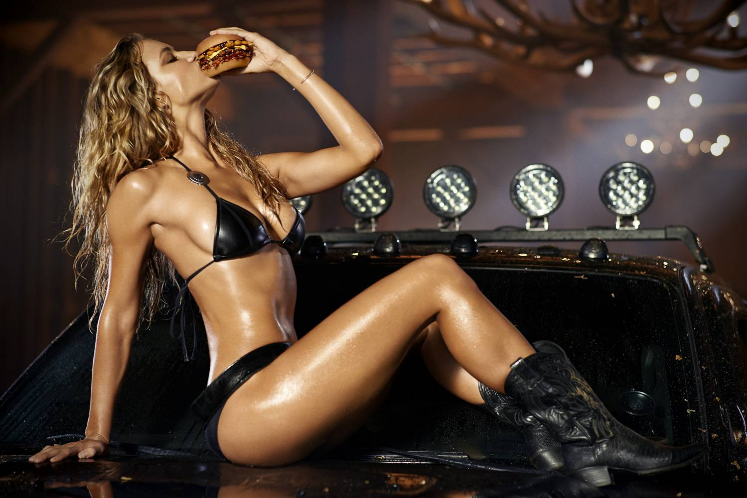 Музыка из рекламы Carls Jr. - I Love Texas  (Hannah Ferguson и Paris Hilton)