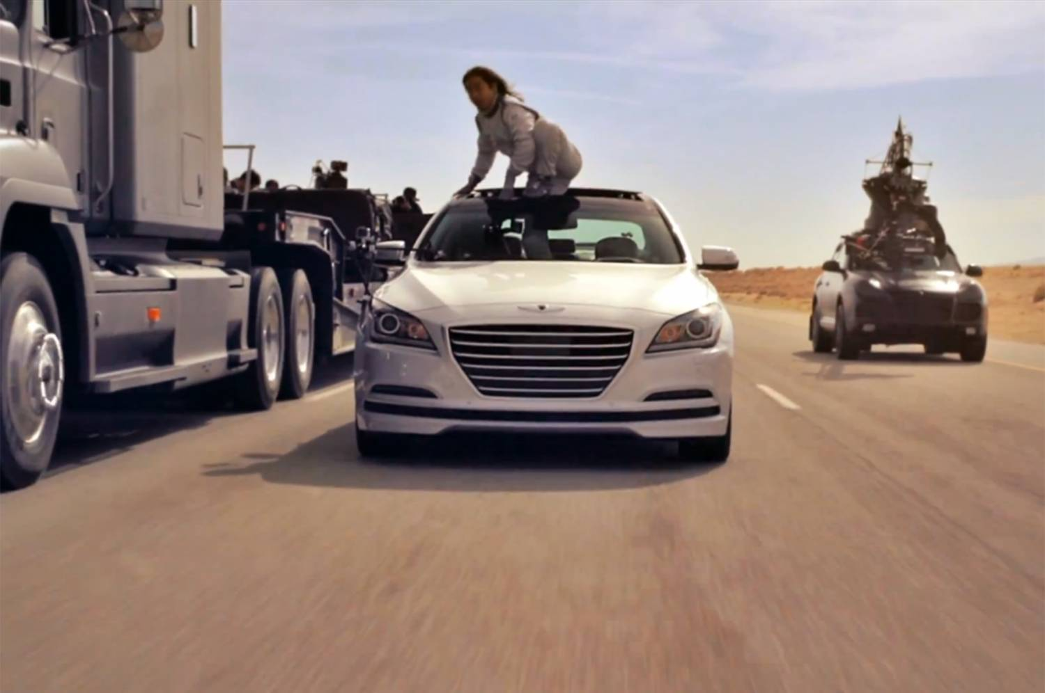 Музыка и видеоролик из рекламы Hyundai - The Empty Car Convoy