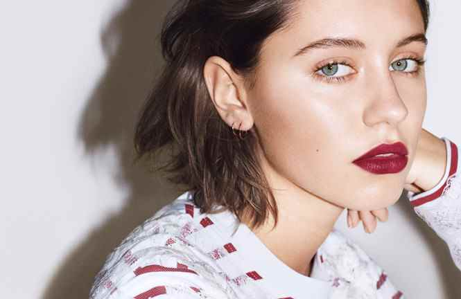 Музыка из рекламы Burberry - Liquid Lip Velvet (Iris Law)
